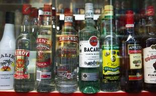 Des bouteilles d'alcool fort. Illustration.