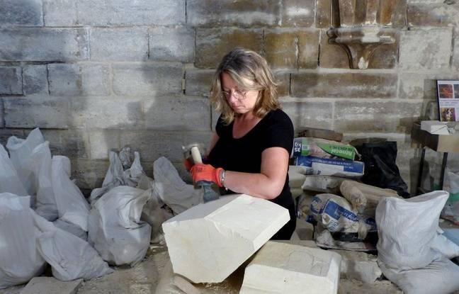 Anne, bénévole à Paris Historique taille la pierre. Le 28 août 2018.