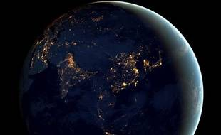 Vue de la Terre la nuit depuis l'espace.