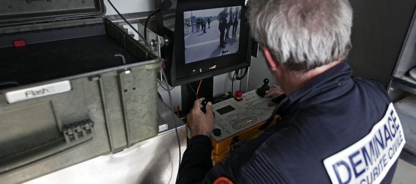 Une trentaine de policiers est intervenue pour inspecter les locaux évacués.