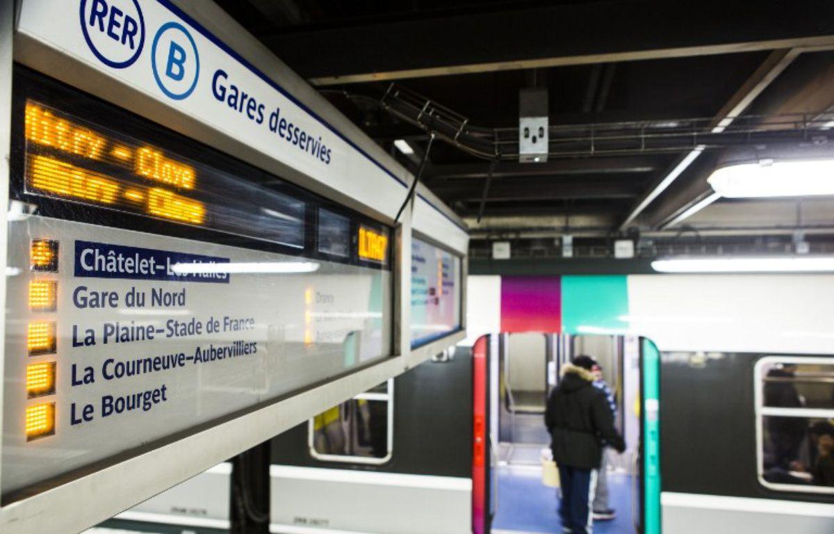 Un passager monte à bord du RER B à la station Châtelet-Les Halles, le 9 mars 2016. – Geoffroy Van der Hasselt / AFP