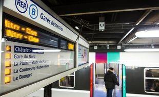 Un passager monte à bord du RER B à la station Châtelet-Les Halles, le 9 mars 2016.