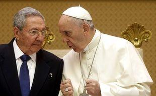 Raul Castro et le pape François, dimanche 10 mai 2015 au Vatican.