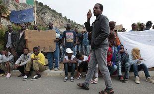 Des migrants à la frontière franco-italienne, à Vintimille, le 12 juin 2015.