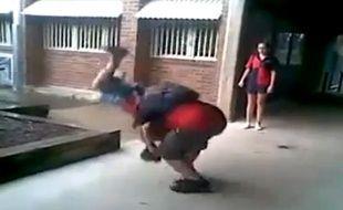 Capture d'écran de la vidéo montrant Casey Heynes, victime de harcèlement scoalire, se rebiffer contre Ritchard Bale.