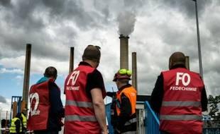 Des salariés en grève devant la raffinerie Total de Feyzin le 23 mai 2016 pour protester contre la loi travail
