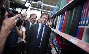 Le ministre de l'Education nationale Luc Chatel visite, le 17 août 2009, l'Intermarché de Villeneuve-le-Roi sur le thème des « essentiels de la rentrée».
