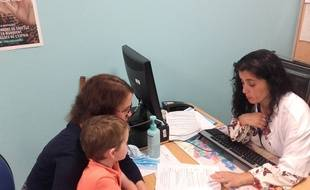 Lors de cette consultation, l'infirmière vérifie avec Claire, la mère de Pierre, si toutes les recommandations sont bien suivies à l'école.
