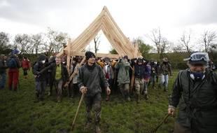 Des zadistes déplacent une charpente en bois, le 15 avril 2018.