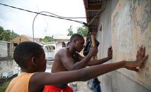 Des habitants de Trois-Rivières (Guadeloupe) se préparent à l'arrivée de Maria