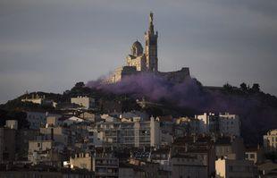 Vendredi, à Marseille, le monde de la culture a couvert la colline de la basilique Notre-Dame de la Garde d'une épaisse fumée violette. Techniciens de scène, administrateurs de théâtre et acteurs ont manifesté afin de réclamer plus de soutien du gouvernement, alors que la pandémie de coronavirus a mis à mal leurs revenus et leurs moyens de subsistance en danger.