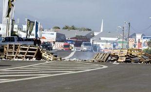 Des entrepreneurs du bâtiment et des travaux publics (BTP) de Guadeloupe, assistés de leurs ouvriers, ont érigé tôt mercredi matin des barrages bloquant la circulation dans l'île, a-t-on appris de sources concordantes.