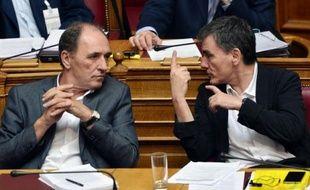 Le ministre grec des Finances Euclides Tsakalotos (d) et le  ministre grec de l'Economie Giorgos Stathakis (g) pendant les débats parlementaires sur le nouvel accord avec les créanciers, le 13 août 2015 à Athènes