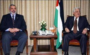 Le président palestinien Mahmoud Abbas du Fatah et le Premier ministre désigné Ismaïl Haniyeh du Hamas ont scellé mercredi un accord sur la composition du gouvernement d'union censé mettre fin à la crise politique interne et oeuvrer à la levée des sanctions internationales.