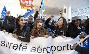 Une file d'attente se formait samedi matin pour les départs en vacances au terminal 2F de l'aéroport de Roissy, au deuxième jour de grève des agents de sûreté aéroportuaire, chargés du contrôle avant l'embarquement, a constaté une journaliste de l'AFP.