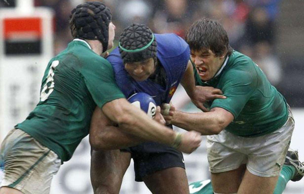 Thierry Dusautoir (au centre) accroché par deux joueurs irlandais lors du match France-Irlande, le 4 mars 2012 au Stade France. – Christophe Ena/AP/SIPA