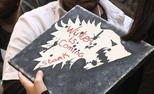 Une fan porte une pancarte avecla devise de la série.