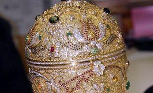 Un oeuf de Pâques en or, façon Fabergé, évalué à entre 800.000 et un million d'euros, a été retrouvé près de la frontière franco-suisse aux mains de trois Biélorusses, quatre ans après son vol à Genève, a annoncé lundi la police française.
