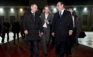Le président russe Vladimir Poutine raccompagne le président français François Hollande à son avion, le 6 décembre 2014, à Moscou