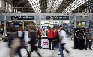 Voyageurs et employés de la SNCF au 9ème jour de grève, le 19 juin 2014 gare d'Austerlitz à Paris