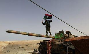 Des rebelles libyens sur la route entre Ajdabiah et Brega, le 6 avril 2011.