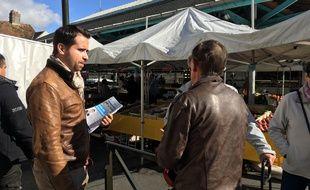 Aymeric Durox, candidat du Rassemblement national à Nangis en Seine-et-Marne, tracte sur le marché le 2 octobre 2019.