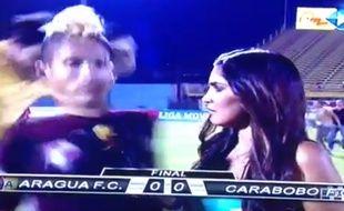 Un joueur vénézuélien se prend un coup de pied dans le dos lors d'une interview.