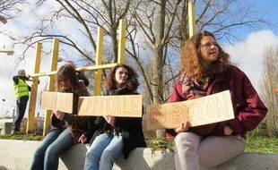 Des manifestantes devant le chantier de construction d'un mur autour d'un espace vert, à Lille.