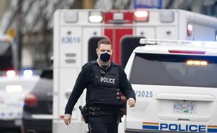 Un policier devant la librairie de Vancouver où a eu lieu une attaque, le 27 mars 2021.