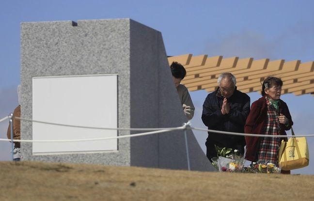Des Japonais se recueillent le 11 mars 2020 à Minamisanriku (Nord-Est du pays), frappée neuf ans plus tôt par la catastrophe.