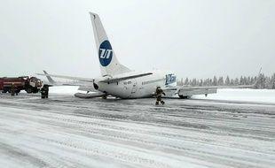 L'avion de la compagnie russe Utair qui a atterri d'urgence sans train d'atterrissage dimanche 9 février en Russie.