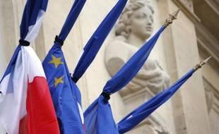 Des drapeaux français et européens en berne, liés par un ruban noir, sur le Palais de l'Elysée, le 28 juillet 2014 à Paris