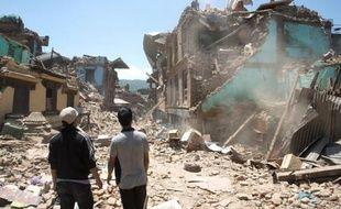 Des Népalais recherchent des disparus le 3 mai 2015 dans les décombres d'un bâtiment à Sankhu détruit par le séisme du 25 avril