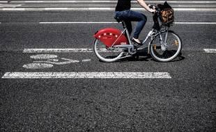 Illustration: Une femme fait du vélo le 28 mai 2015 à Lyon.