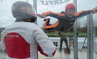 A chaque saut, l'apprenti parachutiste est accompagné par un encadrant dans la cabine.