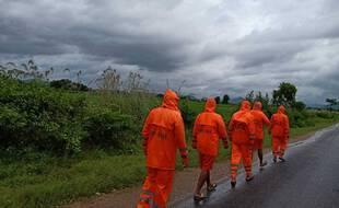 Des secouristes de la Force indienne de réponses aux catastrophes se rendent à Ganjam peu avant l'arrivée du cyclone Gulab, le 26 septembre 2021.