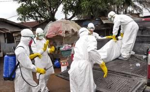 Le corps d'une femme morte du virus Ebola, transportée le 10 septembre 2014 à Monrovia, au Liberia.