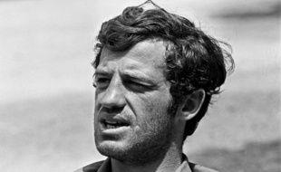 """L'acteur français Jean-Paul Belmondo sur le tournage du film """"Pierrot le fou"""" réalisé par Jean-Luc Godard, le 17 juin 1965."""