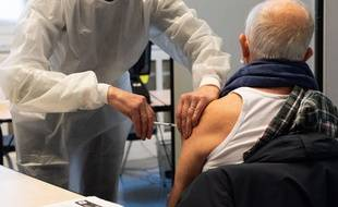 Un homme se faisant vacciner dans un centre du 5e arrondissement de Paris.