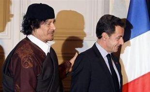 Le dirigeant libyen Mouammar Kadhafi, qui s'avère un hôte difficile à gérer pour Nicolas Sarkozy, devait rencontrer mercredi pour la seconde fois le président français après l'avoir publiquement contredit sur le sujet ultra-sensible des droits de l'Homme.