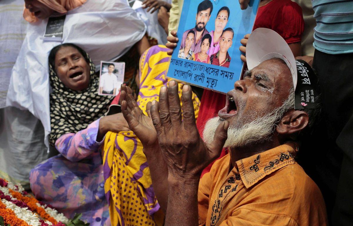 Des proches des victimes du Rana Plaza pleurent leurs morts, deux ans après la tragédie, le 24 avril 2015 à Dhaka (Blangaldesh).  – A.M. Ahad/AP/SIPA
