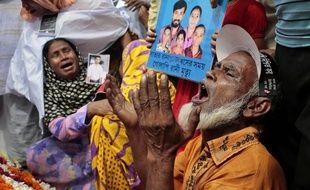 Des proches des victimes du Rana Plaza pleurent leurs morts, deux ans après la tragédie, le 24 avril 2015 à Dhaka (Blangaldesh).