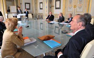 L'ancien président de la République et membre du Conseil Constitutionnel Jacques Chirac écoute, le 25 mai 2010 dans la salle des séances du Conseil à Paris.