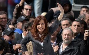 L'ex-présidente argentine Cristina Fernandez de Kirchner salue ses supporteurs après un discours devant le tribunal fédéral de Buenos Aires le 13 avril 2016