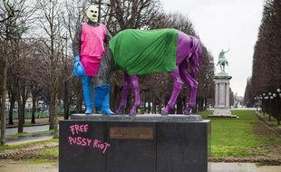 Le 7 février 2013, un groupe de soutien aux Pussy Riot a habillé un monument aux couleurs du groupe punk Russe sur le pont des Invalides à Paris.