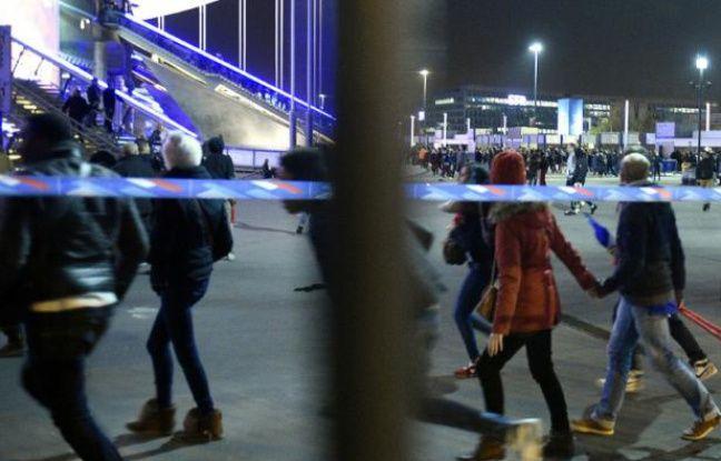 Des spectateurs quittent le stade France à Saint-Denis dans la banlieue parisienne après le match de amical de football France-Allemagne, le 13 novembre 2015