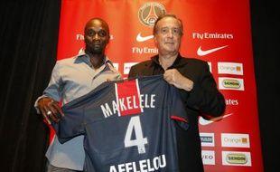 Claude Makelele (à gauche), le milieu de terrain du Paris-Saint-Germain, lors de sa présentation à la presse, le 21 juillet 2008 au Parc des Princes.