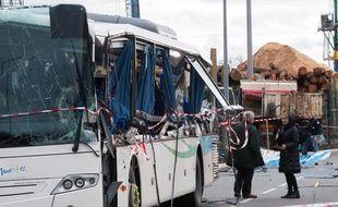 La partie latérale du bus scolaire a été cisaillée par la ridelle du camion de chantier qu'il a croisé. Credit:JEAN MICHEL NOSSANT/SIPA/1602120717