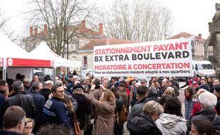 Les manifestants dénoncent une absence de concertation sur la question du stationnement payant à Bordeaux.