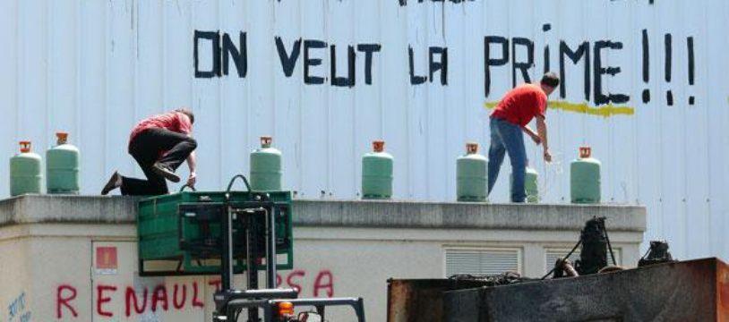 Des salariés de New Fabris devant leur usine le 20 juillet.